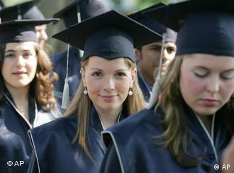 Studentinnen mit akademischen Hüten (Foto: AP/Jörg Sarbach)
