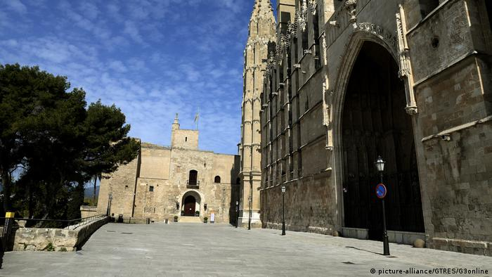 Baby Health in Winter Exterior view of the Royal Palace in Palma de Mallorca (picture-alliance/GTRES/G3online)