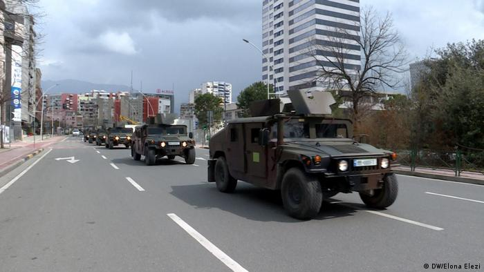 Albanien Armeeautos in Tirana
