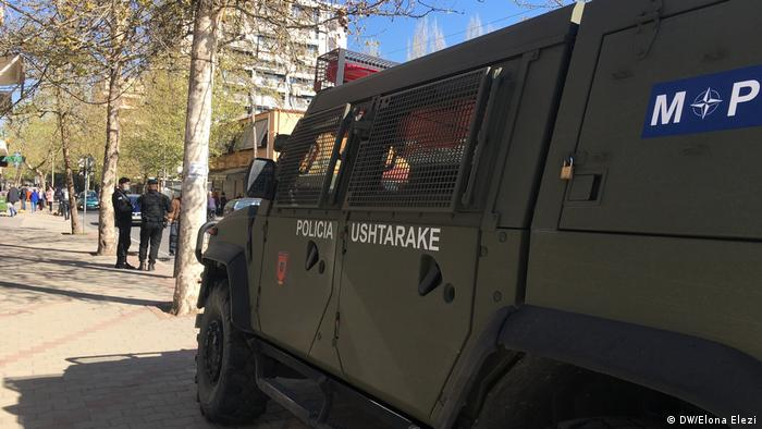 Albanien Armeeautos in Tirana (DW/Elona Elezi)