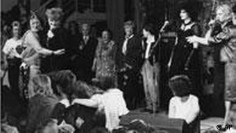 یک گروه آلمانی زنان در دهه ۱۹۸۰ و  آلیس شوارتسر در میان آن با میکروفون، نفر سوم ایستاده از چپ