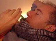 بخار میں مبتلا شخص کا ٹمپریچر چیک کیا جا رہا ہے