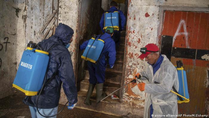 Marokko | Freiwillige desinfizieren Häuser in Sale bei Rabat