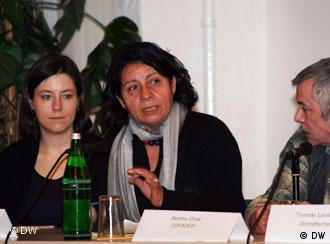 Bertha Oliva, centro, fundadora de COFADEH.