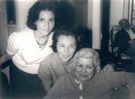 مهلقا ملاح (نفر وسط) به همراه مادرش خدیجه افضل وزیری و خواهرش مهرانگیز ملاح