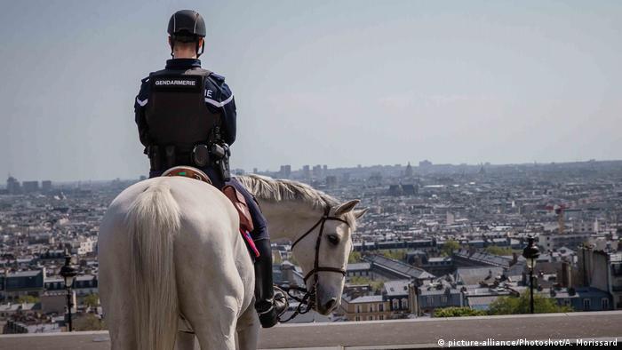 BdTD Frankreich Paris Polizeikontrolle (picture-alliance/Photoshot/A. Morissard)