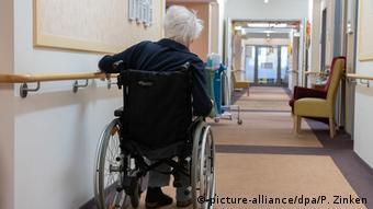 Женщина в инвалидной коляске в доме престарелых в Берлине