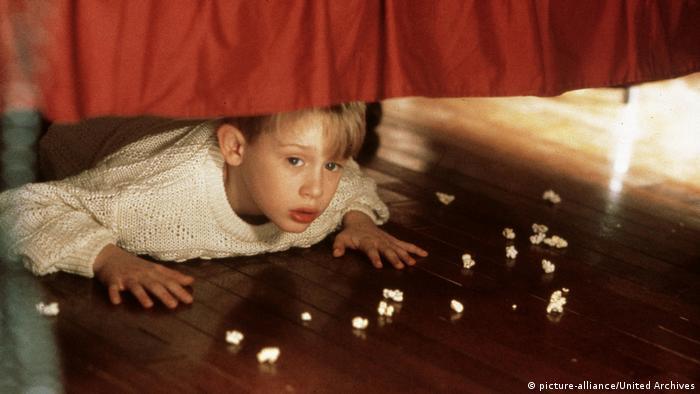 Filmstill Kevin allein zu Haus (picture-alliance/United Archives) Junge versteckt unter einem Bett