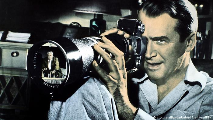 Filmstill aus Das Fenster zum Hof (picture-alliance/United Archives/IFTN) – Mann blickt in Fotokamera mit Teleobjektiv
