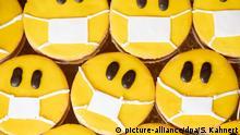 14.04.2020, Sachsen, Dresden: Verzierte Mürbeteigkekse mit Nougatfüllung liegen in der Konditorei Maaß auf einem Tablett. Die Kekse werden unter dem Namen Mundschutz-Emoji verkauft. Foto: Sebastian Kahnert/dpa-Zentralbild/dpa +++ dpa-Bildfunk +++ | Verwendung weltweit