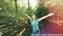 Young woman in forest with a camera. | Royalty free: Bei werblicher Verwendung Preis auf Anfrage., Keine Weitergabe an Wiederverkäufer.