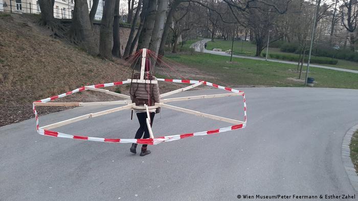Selbstgebauter Abstandhalter aus Latten und rot-weißem Band (Wien Museum/Peter Feermann & Esther Zahel)