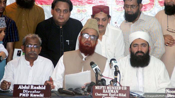 منیب الرحمان (وسط) مفتی پاکستان
