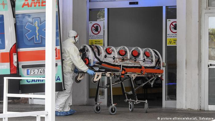 Ein Corona-Patient wird in Neapel in ein Krankenhaus eingeliefert