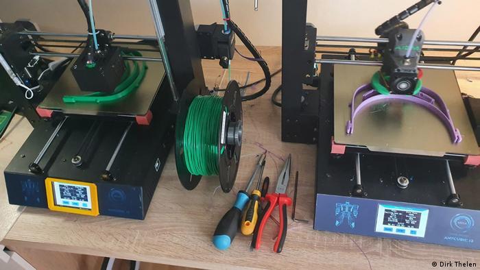 Foto dua mesin cetak 3D