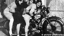 Hitler Lebensgefährtin Eva Braun (l) posiert mit ihren Schwestern Inge und Herta auf einem Motorrad. Undatiert. (c) dpa - Bildarchiv.