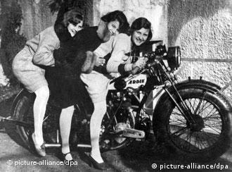Ева Браун (слева) со своими сестрами