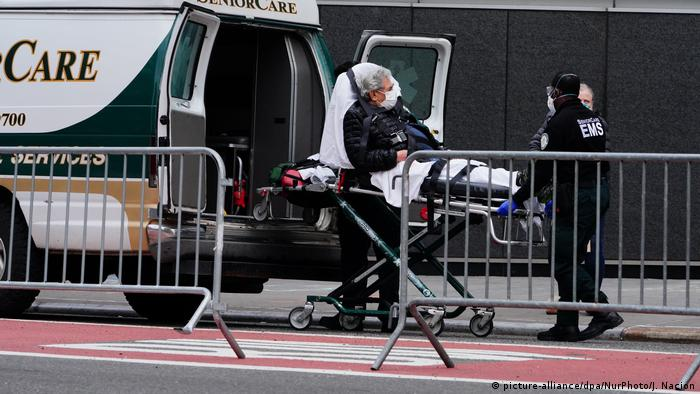 Einlieferung eines Patienten in das Langone Hospital in New York City