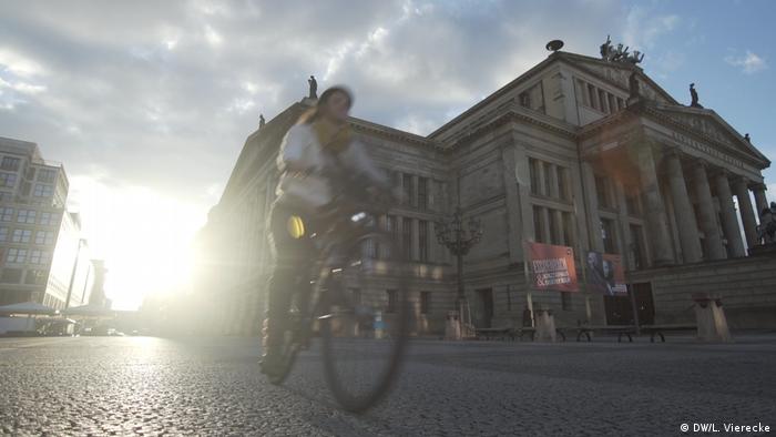 A biker in Berlin's Gendarmenmarkt square (DW/L. Vierecke)