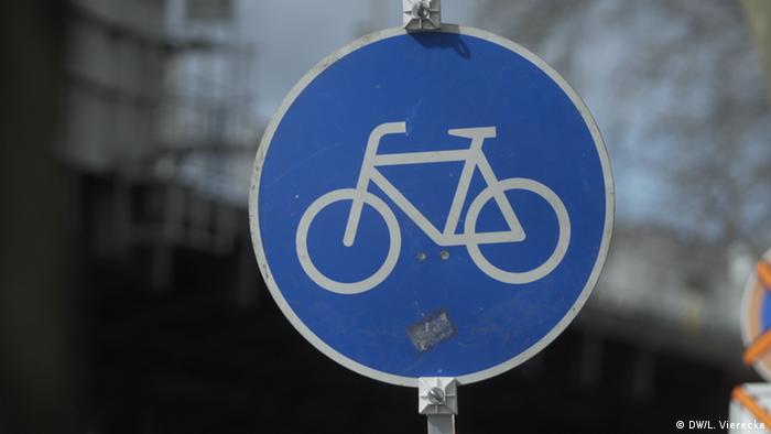 A bike lane sign in Berlin (DW/L. Vierecke)