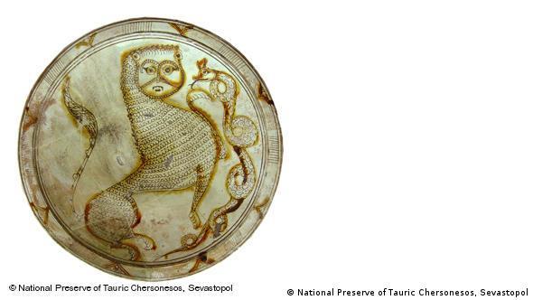 Тарелка с изображением льва и змеи. Глина, глазурь, 13 век. Национальный заповедник Херсонес-Таврический, Севастополь