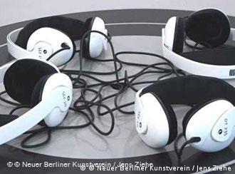 Интервьер выставки выдержан в черно-белых цветах, даже наушники