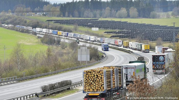 Corona-Pandemie LKW-Stau im deutsch-tschechischen Grenzgebiet (picture-alliance/dpa/CTK/M. Chaloupka)