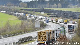 Corona-Pandemie LKW-Stau im deutsch-tschechischen Grenzgebiet