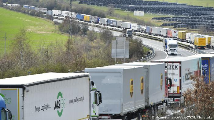 A row of trailer trucks at a Czech-German border crossing (picture-alliance/dpa/CTK/M. Chaloupka)