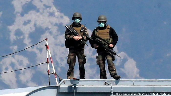 Soldiers with face masks on aircraft carrier Charles de Gaulle | Coroanvirus (picture alliance/dpa/Nice Matin/L. Martinat)