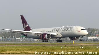 Посадка самолета Virgin Atlantic в лондонском аэропорту Хитроу