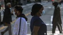New York Coronakrise Menschen mit Mundschutz