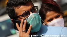 A man wearing a face mask talks on a mobile phone outside a hospital on March 05, 2020 in Mumbai, India. An isolation ward has been set up at Kasturba Hospital for coronavirus (COVID-19) patients. (Photo by Himanshu Bhatt/NurPhoto) | Keine Weitergabe an Wiederverkäufer.