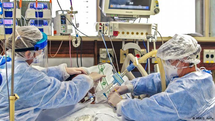 Médicos com paciente entubado em hospital