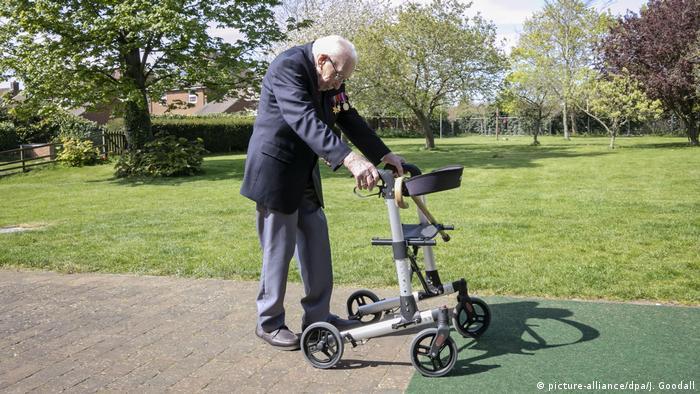 Томас Мур вирішив пройти за допомогою ролатора 100 кіл у садку, щоб зібрати кошти для медиків