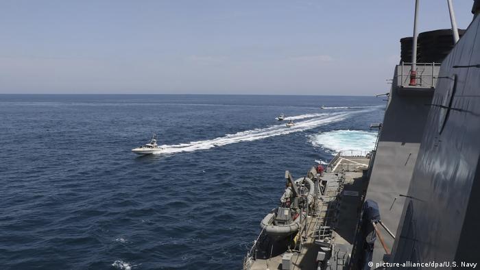 Иранский катер возле американского корабля в Персидском заливе