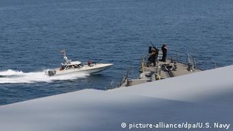 Iran Iranian Islamic Revolutionary Guard Corps Navy (IRGCN) provizieren US Kriegsschiff