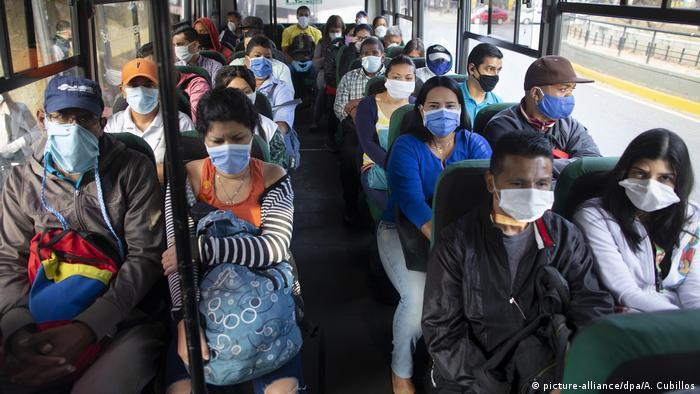 So schön maskiert wie diese Venezolaner sollen bald auch deutsche Pendler Busse besteigen