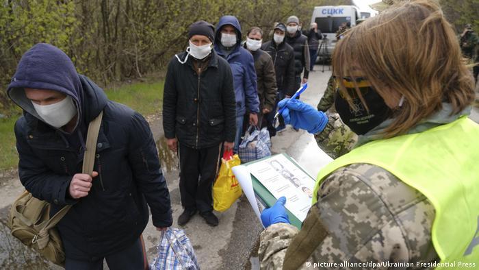 Ukraine Gefangenenaustausch in der Ostukraine (picture-alliance/dpa/Ukrainian Presidential Press)