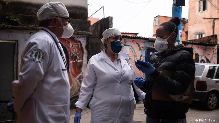 Pessoas com máscara em Paraisópolis