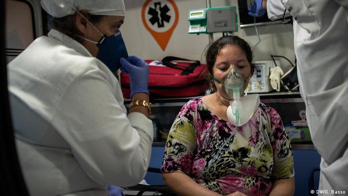 Mulher com respirador é tratada por médicos