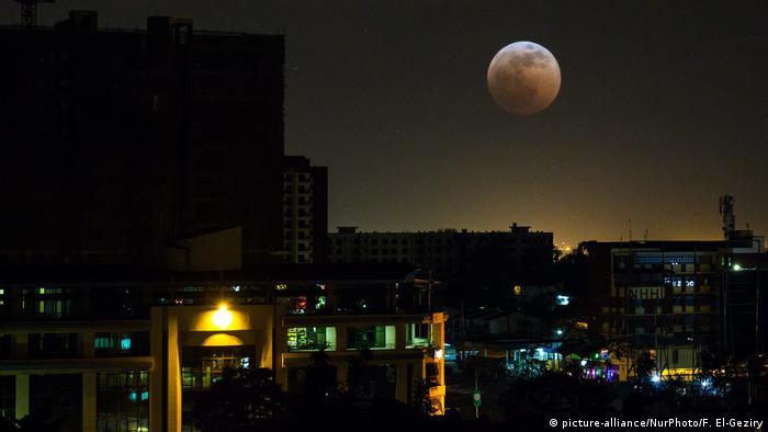 BG In 10 Filmen um die Welt | Nairobi Kenia Mondfinsternis (picture-alliance/NurPhoto/F. El-Geziry)
