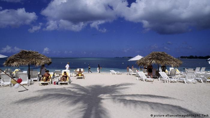 White sandy beach at the seaside with parasols and deckchairs,Bahamas, Nassau (picture-alliance/imageBROKER/J. Tack)