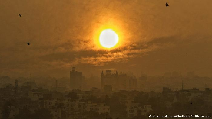 Hazy sun over the cityscape of a misty Jaipur in India (picture-alliance/NurPhoto/V. Bhatnagar)