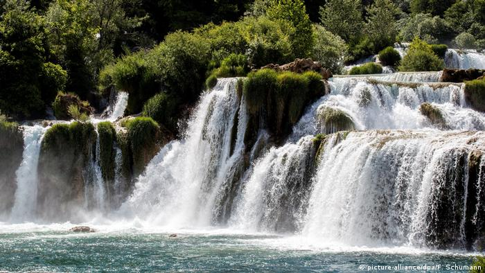 Waterfalls with forests in the background, Croatia, Kroatien Krka Nationalpark (picture-alliance/dpa/F. Schumann)