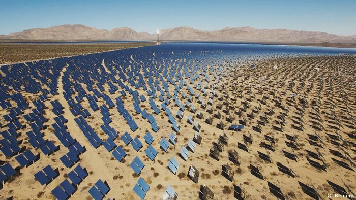 Un campo lleno de paneles solares.