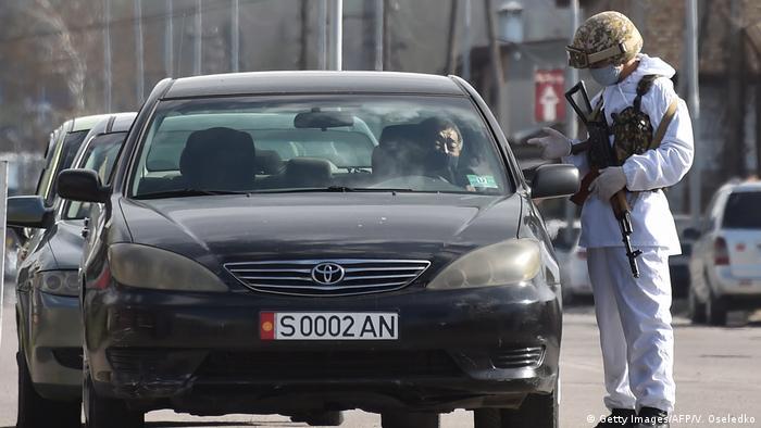 Киргизские солдаты проверяют документы у въезжающих в Бишкек, 3 апреля