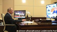 April 15, 2020. - Russia, Moscow Region, Novo-Ogaryovo. - Russian President Vladimir Putin during a video conference meeting with members of the Russian Government at the Novo-Ogaryovo residence. | Verwendung weltweit, Keine Weitergabe an Wiederverkäufer.