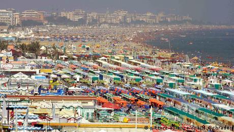 Με πλέξιγκλας και τούνελ στις παραλίες φέτος οι Ιταλοί;