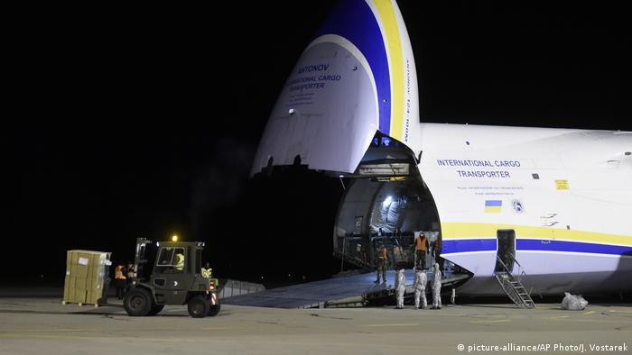 Український Руслан під час розвантаження в чеському аеропорту Падрубіце. Літак доставив до Чехії з Китаю медичний вантаж, необхідний для боротьби з коронавірусом